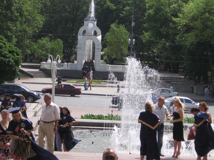 Выпускники старались везде сфотографироваться. У Зеркальной струи.